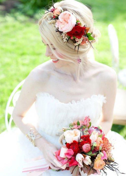Сочетание цветов в прическе и букете невесты