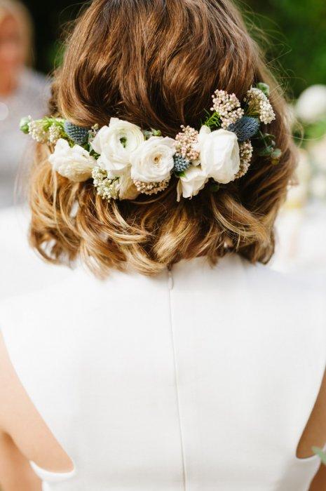 Цветочный гребень в свадебной прическе