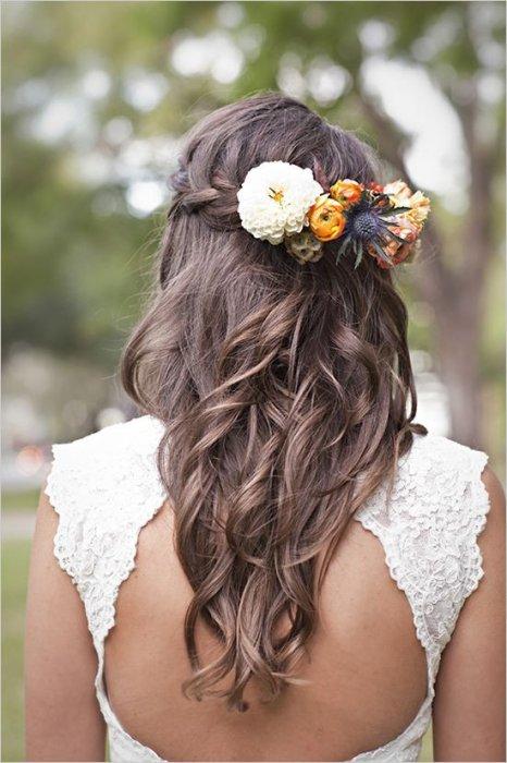 Свадебная прическа с заколкой с живыми цветами
