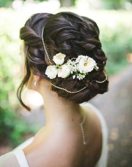 Цветочная заколка в образе невесты