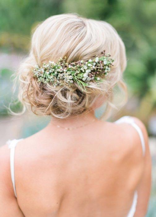 Свадебная прическа заколкой с цветами