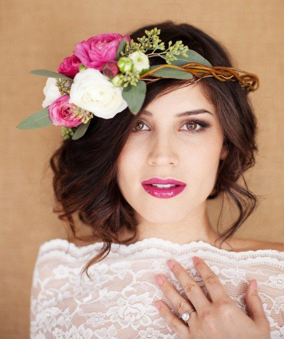 Свадебная прическа с яркими цветами