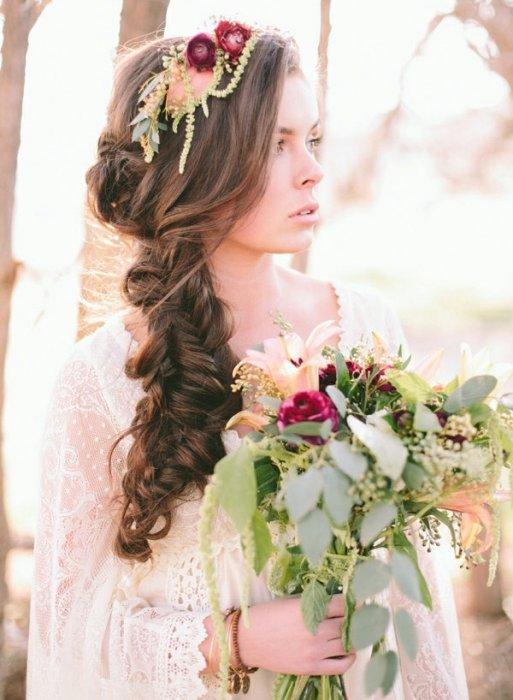 Нежные цветочки в прическе невесты