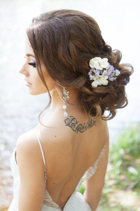 Цветочки в прическе невесты