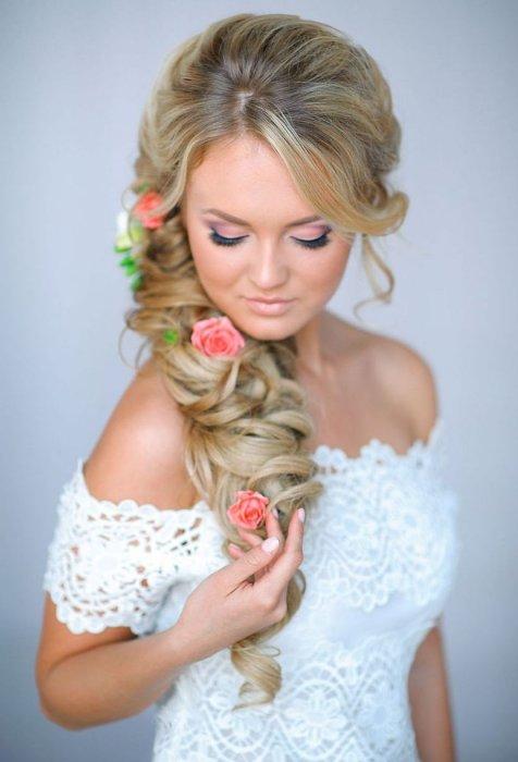 Свадебная прическа на бок с живыми цветаи