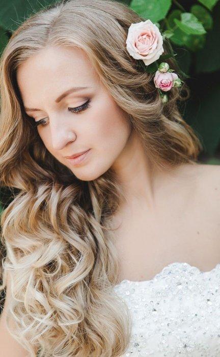 Цветочки в свадебной прическе